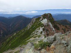 塩見岳の登りで振り返り見る天狗岩