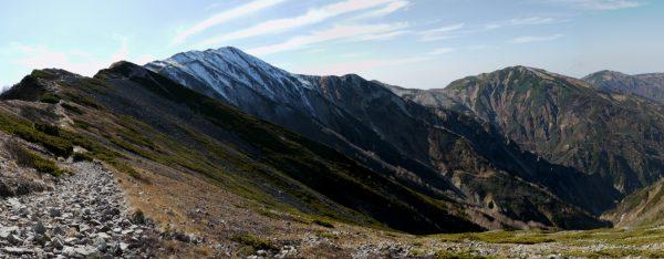 雷鳥坂で見る目指す小蓮華山。