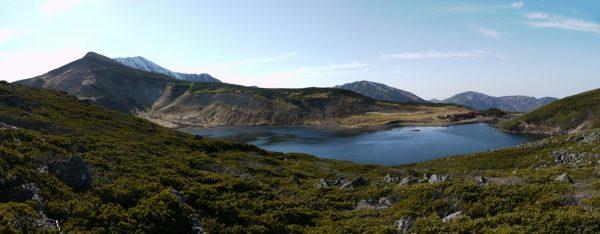 山上に広々とした白馬大池。左遠方に目指す小蓮華山