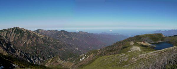 雷鳥坂で振り返り見る白馬大池。左に雪倉岳、朝日岳から栂海新道、親不知方面