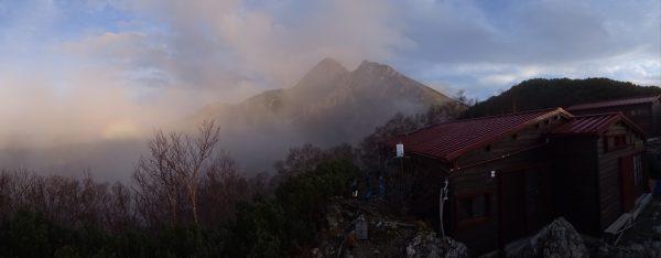 10月14日 日没直前にガスが晴れて姿を現した塩見岳