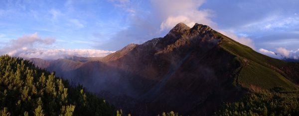 小屋傍のピークで 山頂には雪はなく登頂に支障なし 17時01分