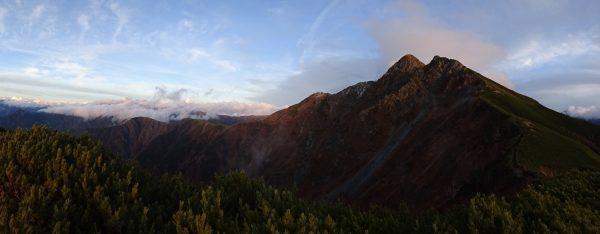 晴れた塩見岳上空。間ノ岳方面には雲が残っている。17時03分