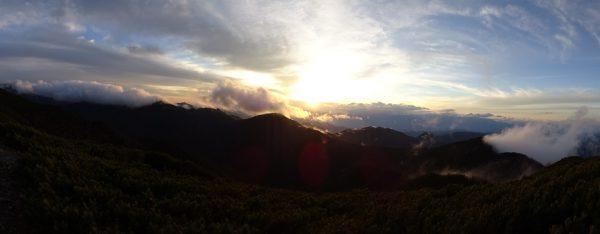 本谷山の向こうに沈む夕陽 17時03分
