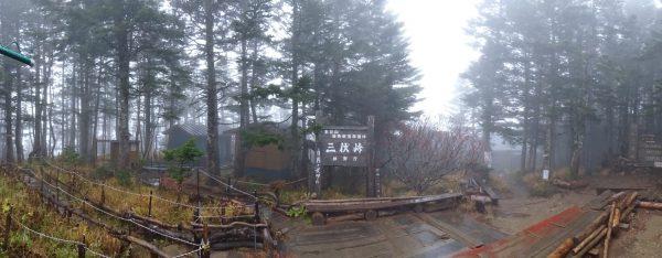雨の中 無人の三伏峠