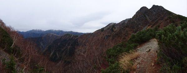 塩見岳の北に続く農鳥岳と間ノ岳。これらの山には雪が付いている。