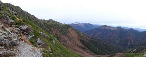 天狗岩への登りで見るパノラマ。荒川三山に細い雲がかかり始める。