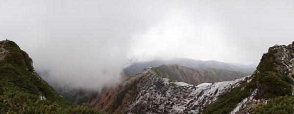 西峰(左)東峰(右)間で見る北俣分岐方面。間ノ岳方面もガスで見えない。