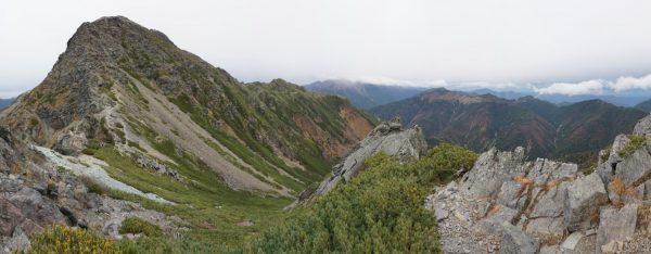 天狗岩で見る塩見岳。荒川三山に雲がかかり始めている。