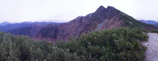 小屋傍のピークで見る塩見岳、北側に仙丈ケ岳、甲斐駒ヶ岳、北岳、間ノ岳、農鳥岳、南側に荒川三山