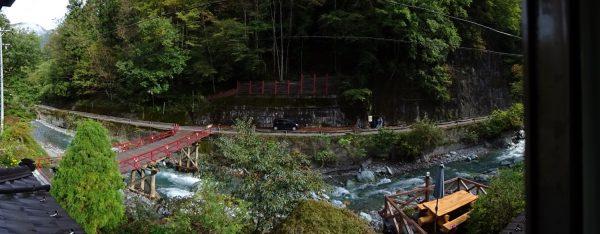 塩湯荘の部屋で見る景観、川向うに岩塩調査鉱跡