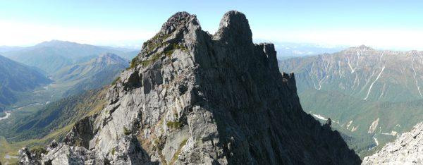 ロバの耳のコルからの登りで振り返り見るジャンダルムとロバの耳