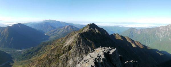 ジャンダルムへの稜線上で西穂高岳方面を振り返り見たパノラマ
