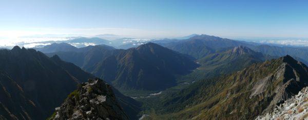 畳岩尾根の頭と思われる場所にて明神岳から霞沢岳、上高地、西穂高岳へのパノラマ