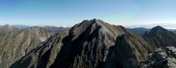 憧れのジャンダルムの頂で見る槍ヶ岳から奥穂高岳、前穂高岳のパノラマ