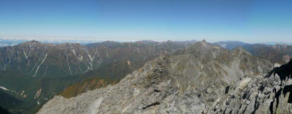 奥穂高岳山頂で見る笠ヶ岳から槍ヶ岳方面のパノラマ