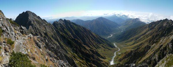 吊尾根で見る上高地と前穂高岳、明神岳