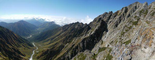 吊尾根で見る奥穂高岳の岩稜と岳沢から続く上高地。