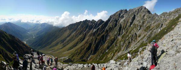 登山者が寛ぐ紀美子平にて、上高地から奥穂高岳へのパノラマ。