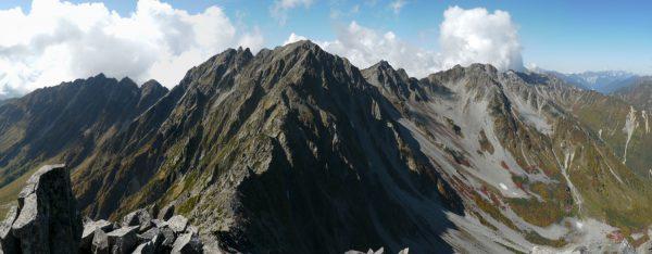 前穂高岳にて、堂々と構える奥穂高岳。右下涸沢カールの底に涸沢ヒュッテも見える。