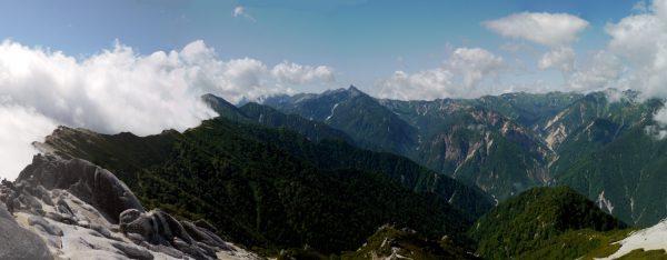 燕岳で見える槍ヶ岳。雲の湧く稜線上に燕山荘が見える。(2009/09/05)
