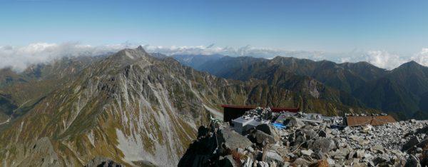 北穂高岳で見る槍ヶ岳。右に見えるのは常念岳(2012/10/05)