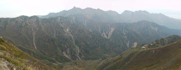 弓折乗越付近で見る槍穂連峰。右下に鏡平山荘(2009/10/05)