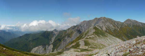 12時35分 小赤石岳への登りで荒川岳方面を振り返って、噴煙らしきものが写っている。