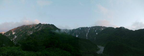 テントを張った白馬尻荘跡で見る白馬岳主稜と小蓮華山