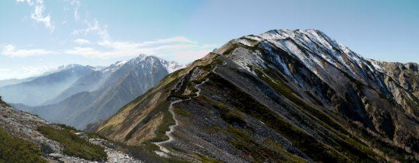 小蓮華山と稜線の山際に覗く後立山連峰