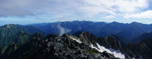 剱岳にて毛勝三山から後立山連峰鹿島槍ヶ岳へのパノラマ。白馬岳は写真中央やや右の山