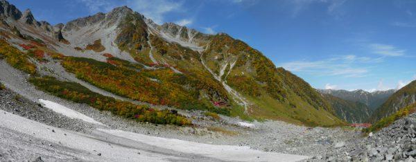 涸沢の雪渓脇から見た北穂高岳と右に延びる東稜(2012/10/05)