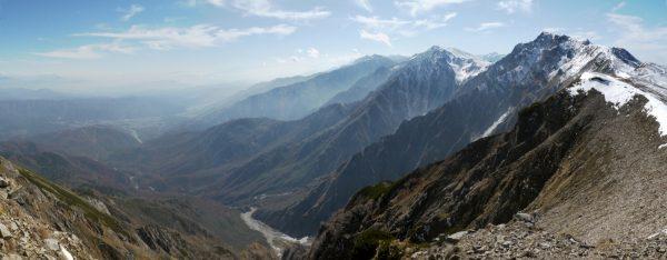 小蓮華山にて、主稜の先の白馬岳山頂とその遠方に折り重なるように続く後立山の名峰。そして遮るものがなく広がる麓の白馬村の景観!