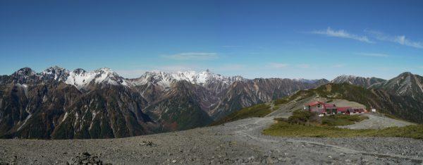 蝶ヶ岳で見る槍穂高岳連峰。蝶ヶ岳ヒュッテの向こうに大天井岳と常念岳(2009/10/21)