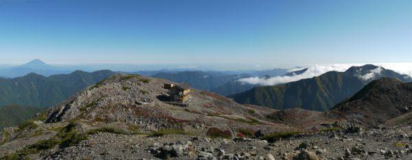 赤石岳山頂にて、正面に赤石避難小屋、右に聖岳(2014/09/27)