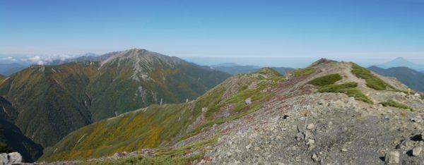 聖岳で見る赤石岳(2014/09/28 パノラマ合成にピントのぼけた写真を含んでいます。)