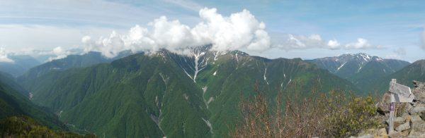 高嶺にて雲で山頂を隠す北岳(2014/06/26)