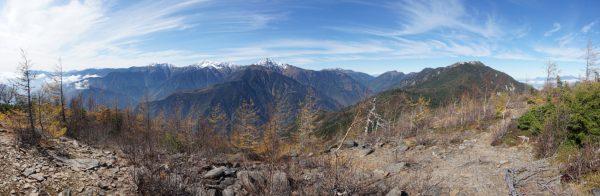 辻山にて南の悪沢岳から白峰三山、仙丈ケ岳、薬師岳そして遠く八ヶ岳まで見える大パノラマ