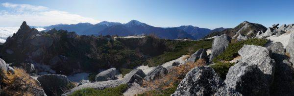 日本庭園のような薬師岳山頂と白峰三山