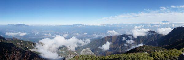 薬師岳山頂で見る八ヶ岳から富士山にかけてのパノラマ