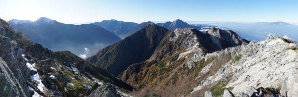 観音岳で見る間ノ岳から北岳、仙丈ケ岳、甲斐駒ヶ岳、八ヶ岳にかけてのパノラマ