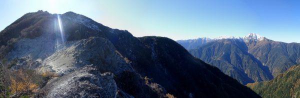 観音岳への登りで見る白峰三山