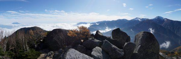 砂払岳直下、森林限界を越えてみる白峰三山と富士山
