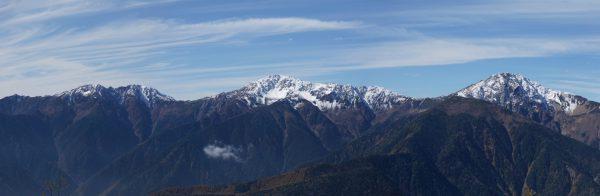 辻山で見る白峰三山(望遠)、左の広河内岳と農鳥岳の稜線上に塩見岳