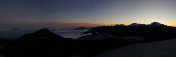 薬師岳にて夕闇迫る雲海に浮かぶ孤島の富士山と残照に際立つ白峰三山