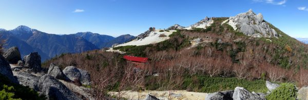 砂払岳の下りで見る薬師岳小屋と背後に薬師岳
