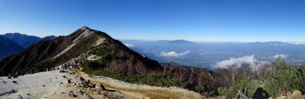 薬師岳にて目指す観音岳、右に八ヶ岳から奥秩父の山々