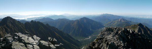 ジャンダルムにて前穂高岳から西穂高岳にかけてのパノラマ。眼下に上高地。(2012/10/08)