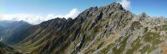 紀美子平付近で見る奥穂高岳。ジャンダルムは中央やや右の三つのピークの真ん中のピーク。(2012/10/08)