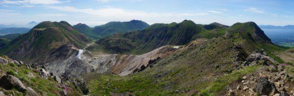 星生山で見る九重連山。左から三俣山。遠方の平治岳、北大船、大船山。近接して見える中岳、天狗ガ城。稲星山と右端に久住山